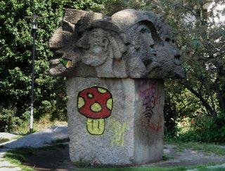 Ruine-Denkmal-Winterfeldtplatz.jpg